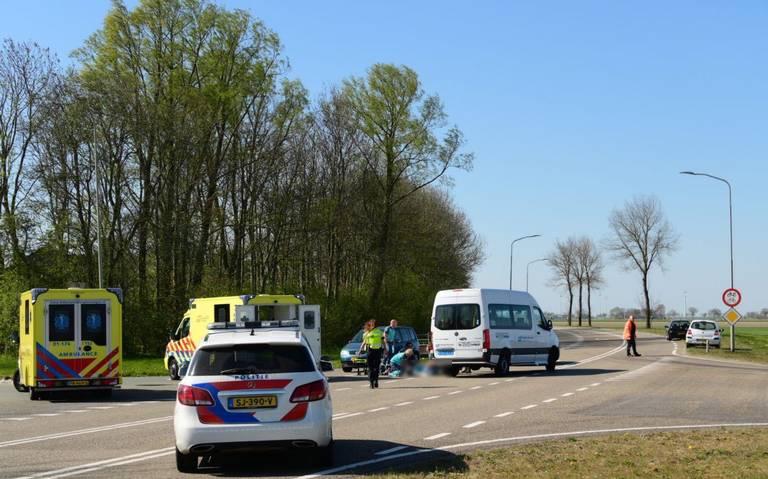 Fietser raakt zwaargewond bij aanrijding met auto op Hogelandsterweg bij Spijk.