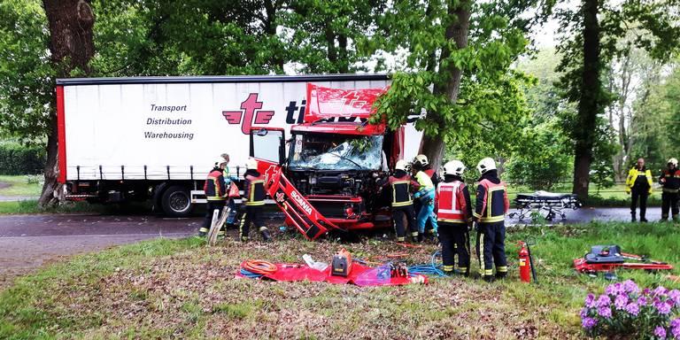 Vrachtwagenchauffeur bekneld na botsing in Dwingeloo.