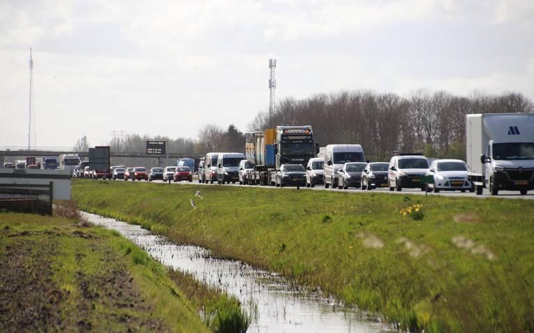 File tussen Groningen en Hoogezand door ongeluk; drie autos betrokken.