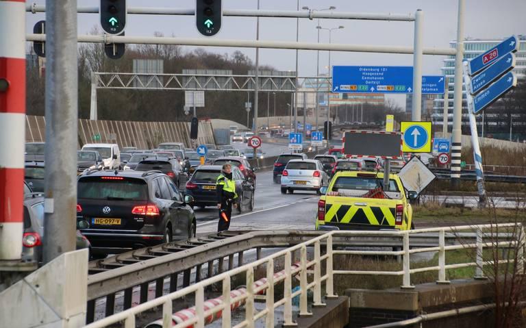 Auto flink beschadigd na ongeval op knooppunt Julianaplein Groningen.