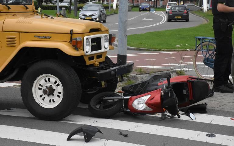 Scooterrijder gewond bij aanrijding met auto op fietsoversteekplaats in Groningen.