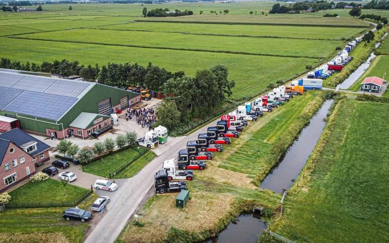 Tientallen vrachtwagenchauffeurs uit het hele land vormen erehaag voor bij ongeluk op A6 overleden man uit Kantens.