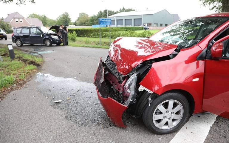 Autos flink beschadigd bij aanrijding op kruising in Vlagtwedde.