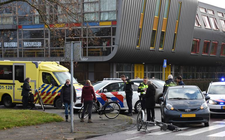 Fietster lichtgewond bij aanrijding op Diamantlaan in Groningen.