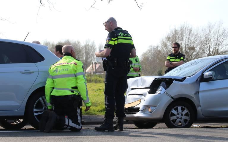 Kop-staartbotsing op Rijksstraatweg in Haren; twee autos afgesleept.