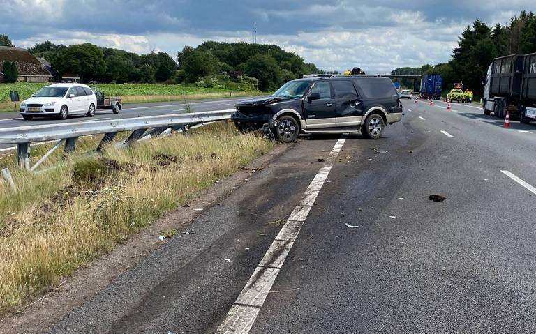 Ravage op A37 bij knooppunt Hoogeveen na ernstig ongeval. Rijbanen richting Emmen tijdelijk dicht, verkeer rijdt over de vluchts