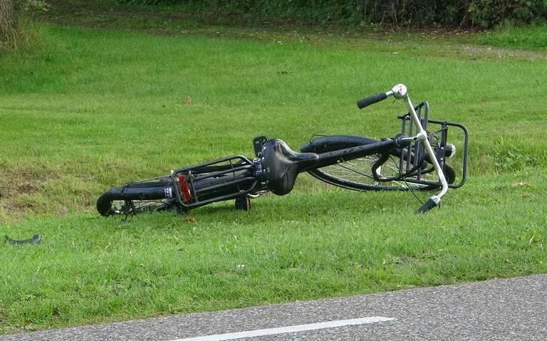 Fietser ernstig gewond na botsing met auto in Ruinerwold.