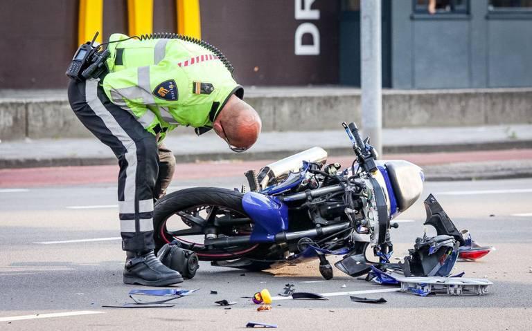 Motorrijdster gewond na aanrijding met auto op Sontweg in Groningen.