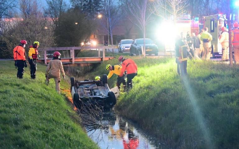 Dodelijk slachtoffer bij ongeluk tussen Appingedam en Garrelsweer. Auto belandt op de kop in de sloot.