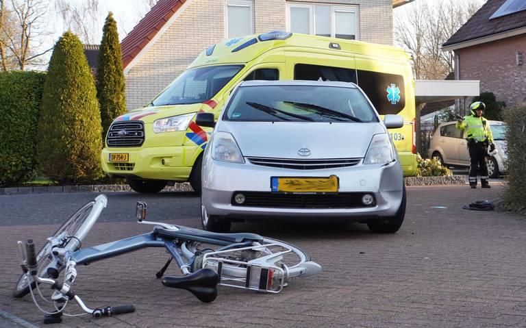 Fietser gewond na botsing met auto aan de Aquarius in Assen.