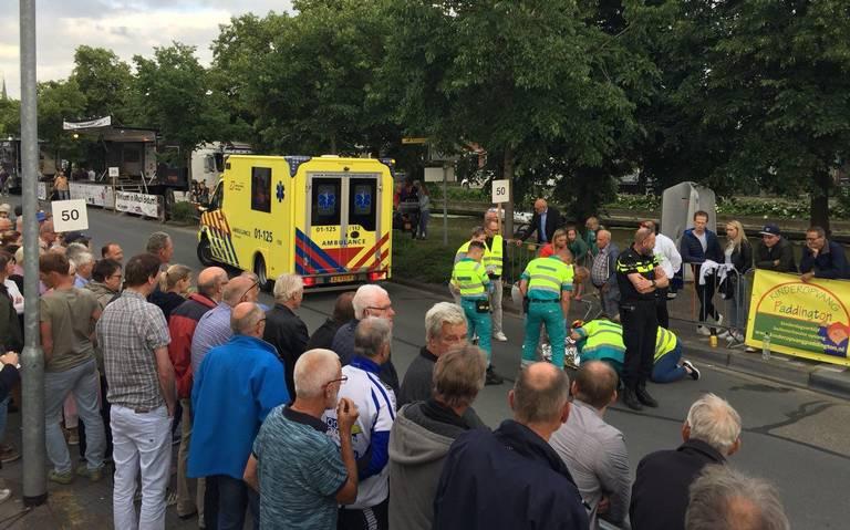 Wielerronde van Bedum stilgelegd na ongeval wielrenner.