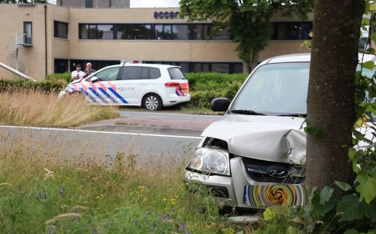 Politieauto rijdt met sirenes en zwaailichten over Groningerweg in Assen en krijgt aanrijding. Agenten botsen tegen lantaarnpaal