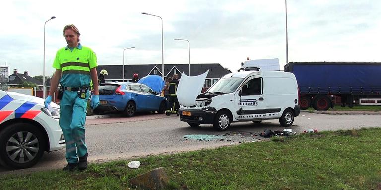 Veel schade en licht gewonde na ongeval op rotonde Meppel.