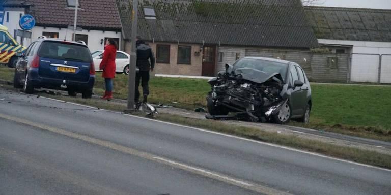 Automobilist gewond bij botsing met vrachtwagen Nieuwklap.