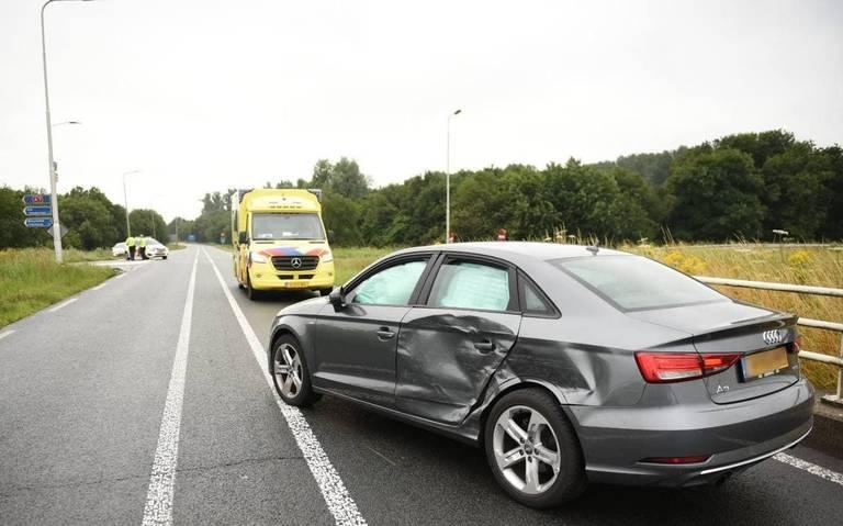 Automobilist naar ziekenhuis na aanrijding met vrachtwagen in Scheemda.
