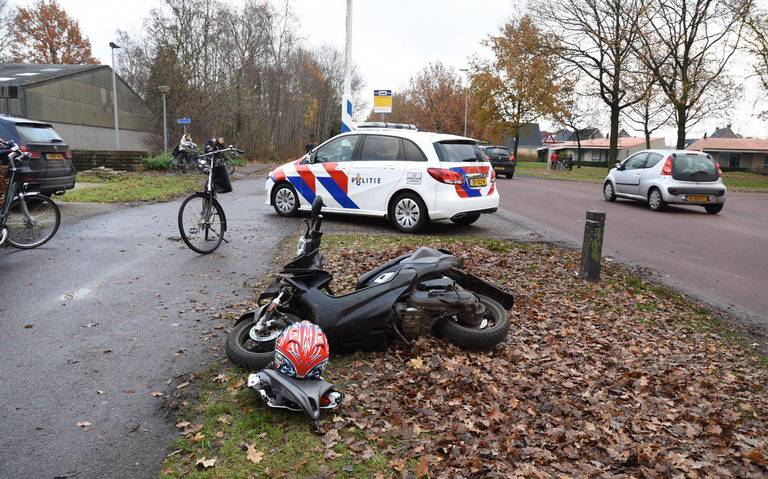 Scooterrijder raakt gewond na botsing met auto in Emmen.