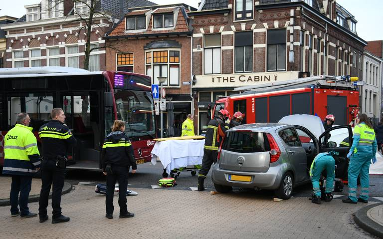 Beknelling bij aanrijding bus en auto op Zuiderdiep in Groningen.