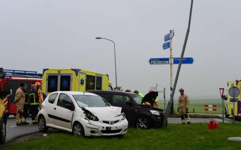 Drie gewonden bij botsing autos op kruising Heemkesweg - Oosterveldweg in Farmsum.