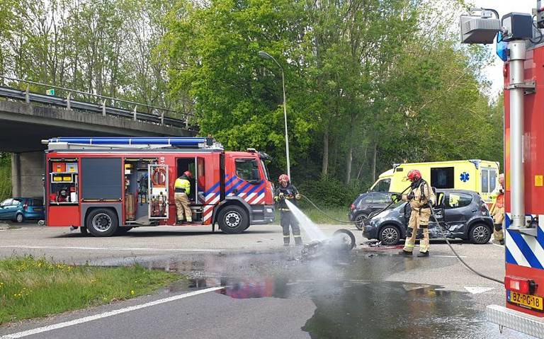 Motor vat vlam na aanrijding met auto op afrit Noordbroek van N33.