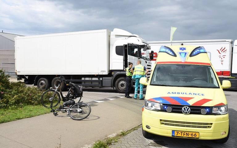 Fietser in Emmen gewond na botsing met vrachtwagen.