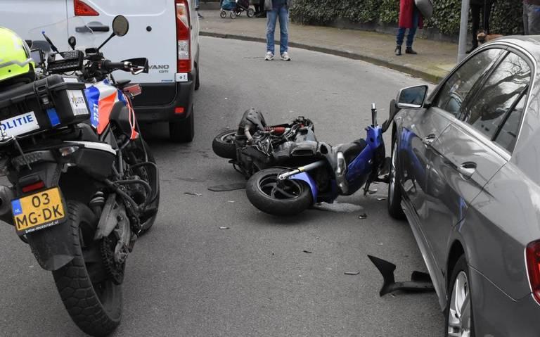 Motorscooterrijder gewond na dubbele botsing in wijk Lewenborg in Groningen.