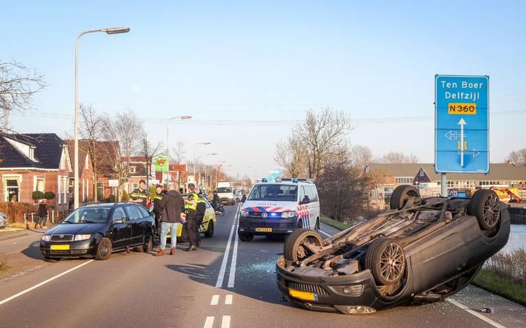 Auto slaat over de kop bij ongeluk op Rijksweg in Groningen.