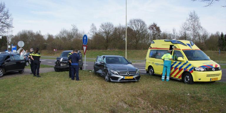 Autos zwaar beschadigd bij botsing Emmen.