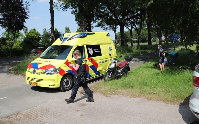 Scooterrijder raakt gewond na botsing met automobilist op Verlengde Asserstraat in Gieten.