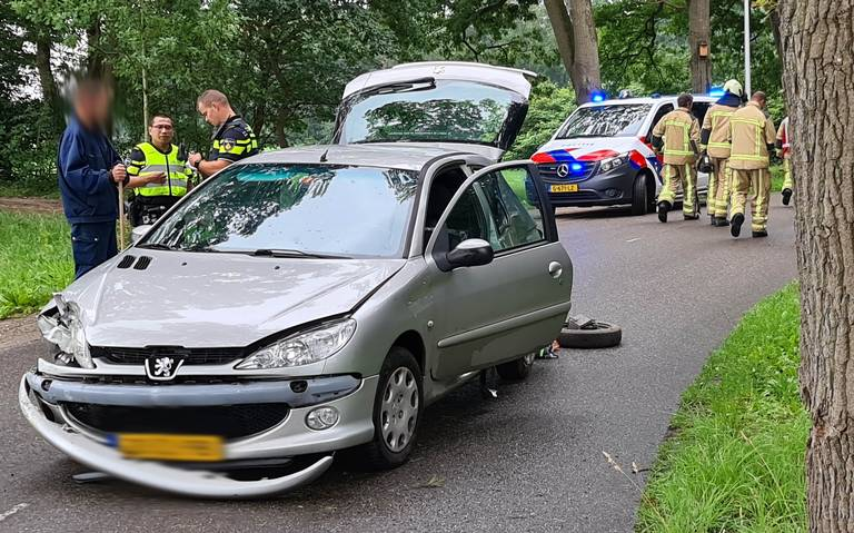 Automobilist gewond na botsing tegen boom in Stuifzand.