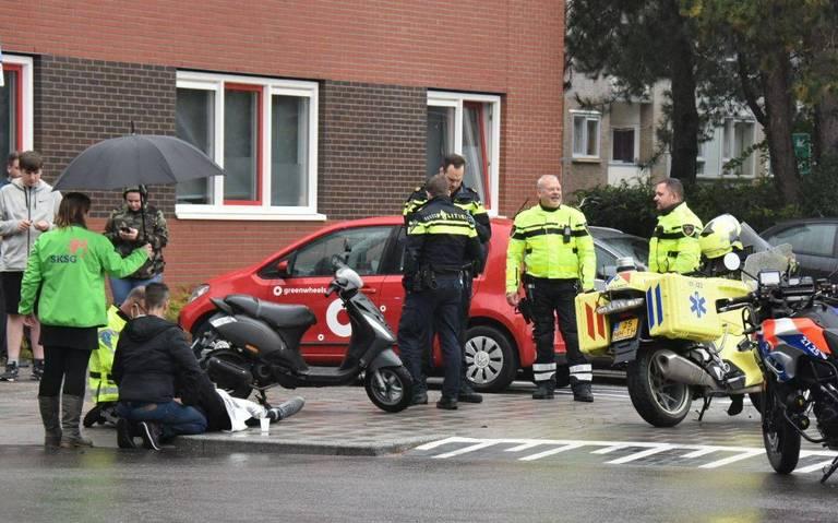 Scooterrijder naar ziekenhuis na aanrijding met auto op kruising in Paddepoel in Groningen.