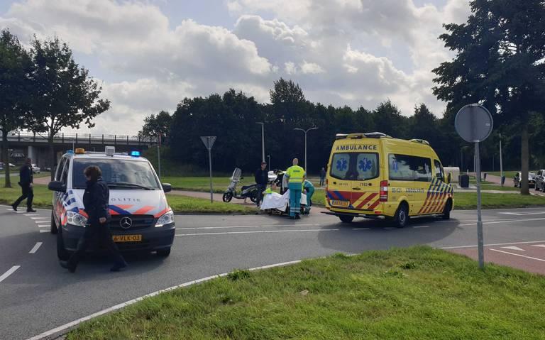 Scooterrijder gewond na botsing met auto in Assen.
