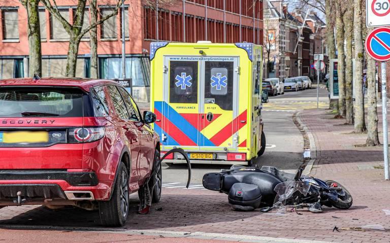 Scooterrijder gewond na botsing met auto op kruising van Spilsluisen met Boteringestraat in Groningen.