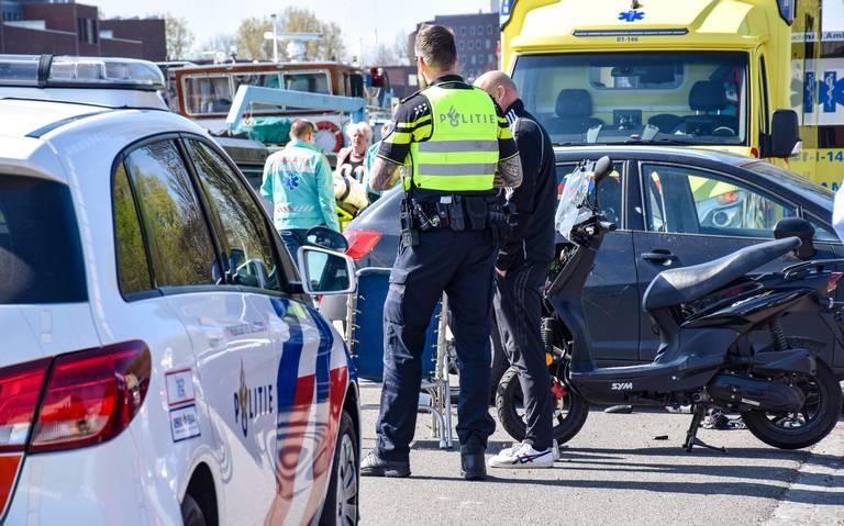 Scooterrijder naar ziekenhuis na aanrijding met auto aan Eemskanaal Noordzijde in Groningen.