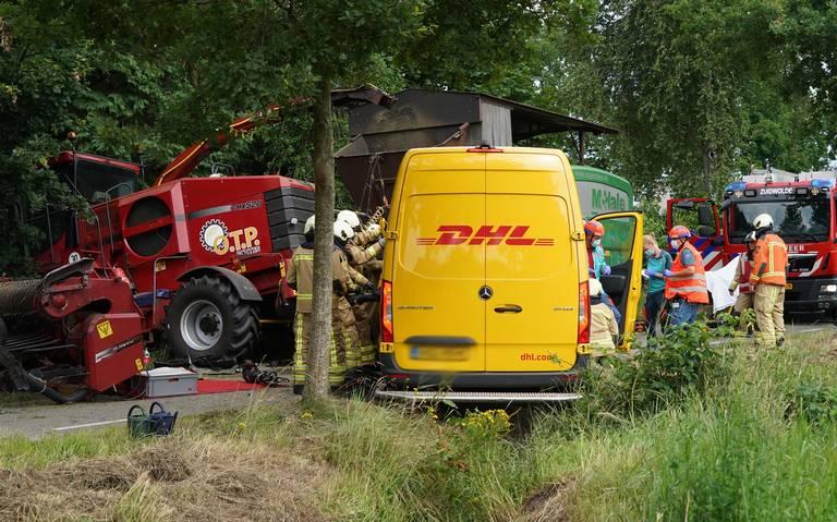 Pakketbezorgster zit bekneld in busje na aanrijding met landbouwvoertuig aan de Drogterweg in Zuidwolde.