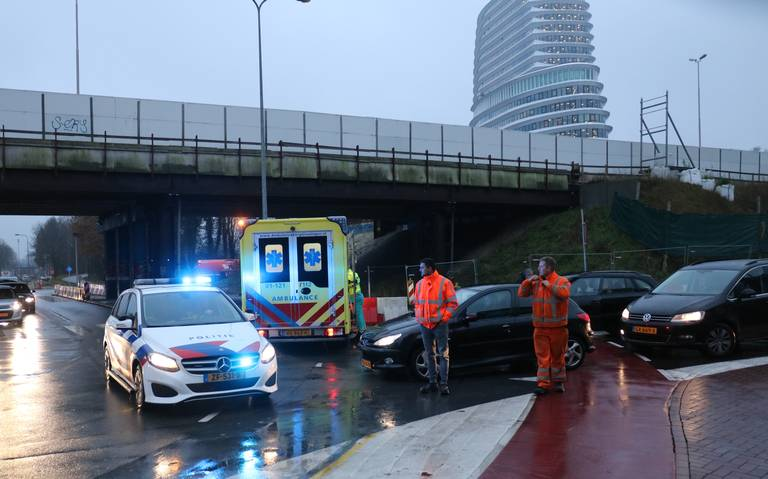 Fietsster gewond bij aanrijding met auto op horrorkruising Waterloolaan - Verlengde Willemstraat in Groningen.
