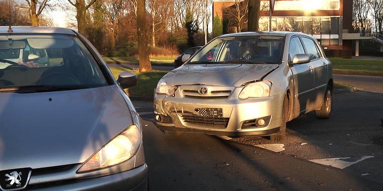 Vrouw gewond na aanrijding tussen 2 auto's in Emmen.