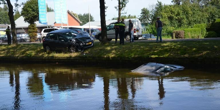 Geparkeerde auto rolt het water in na ongeval Ter Apel.