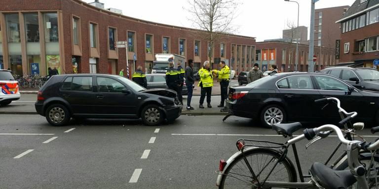 Kop-staartbotsing op Aweg in Groningen.