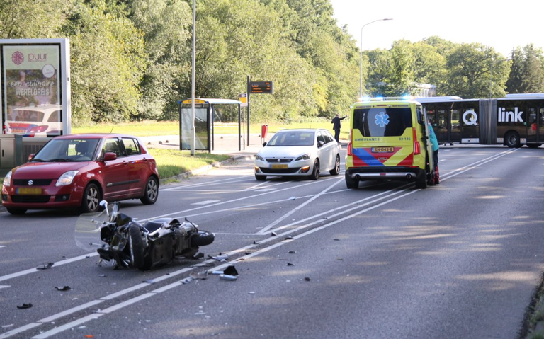 Scooter total loss na botsing met bus in Emmen.
