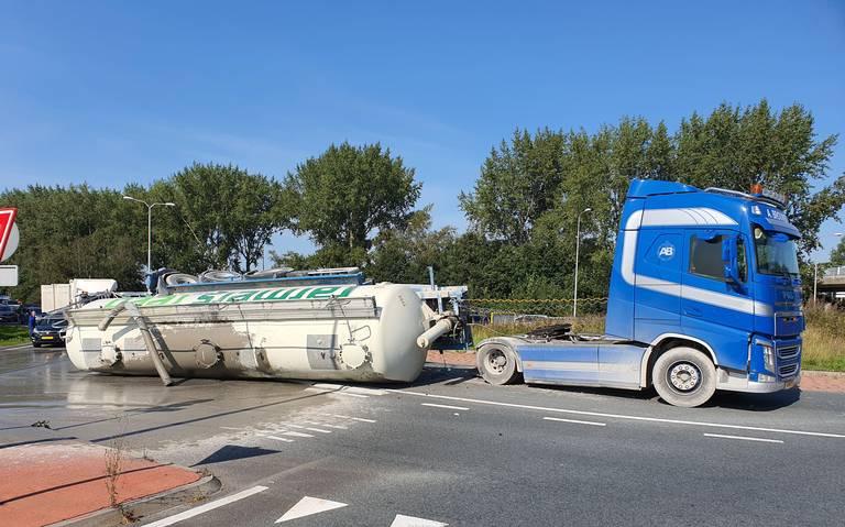 Bulktrailer gekanteld op rotonde Ruskenveen in Hoogkerk.