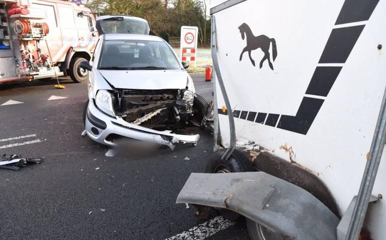 Automobilist gewond bij ongeluk met paardentrailer bij Erm.