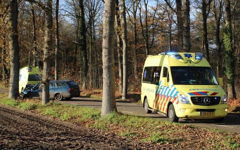 Bestuurder gewond na botsing met auto tegen boom bij Noord-Sleen.