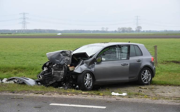 Automobilist gewond door botsing tegen boom bij Emmen.
