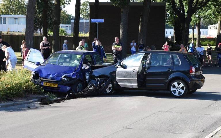Harde klap bij botsing in Emmen: twee autos zwaar beschadigd.