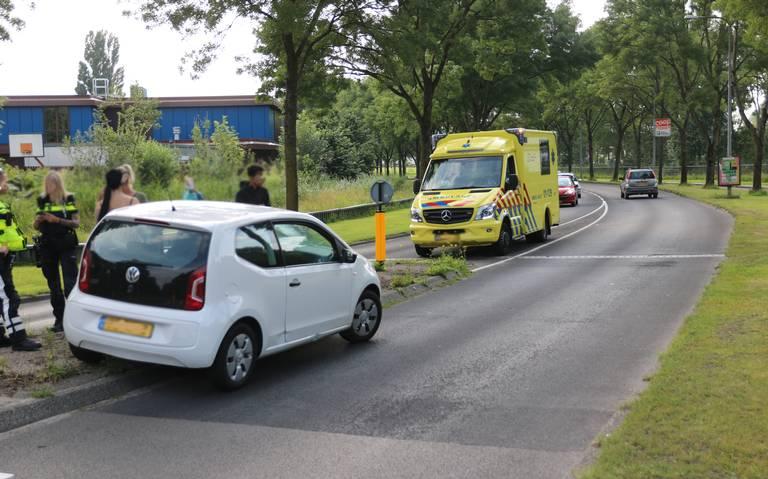 Een gewonde na botsing tussen auto en fietser op Kluiverboom in Stad.