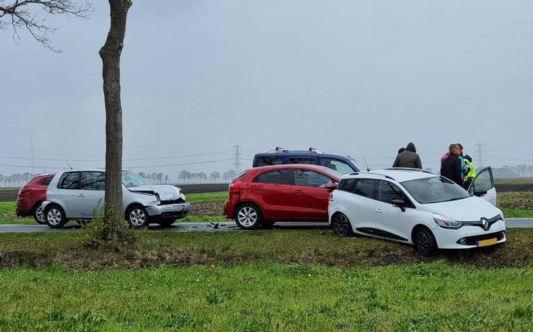 Kop-staartbotsing met drie autos op N367 bij Oude Pekela.