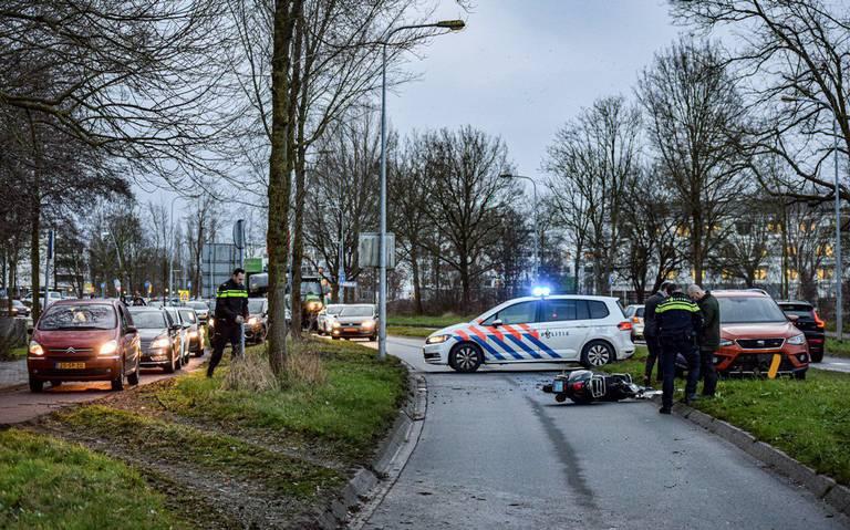 Scooterrijder naar ziekenhuis na aanrijding met auto op Laan Corpus den Hoorn in Groningen.