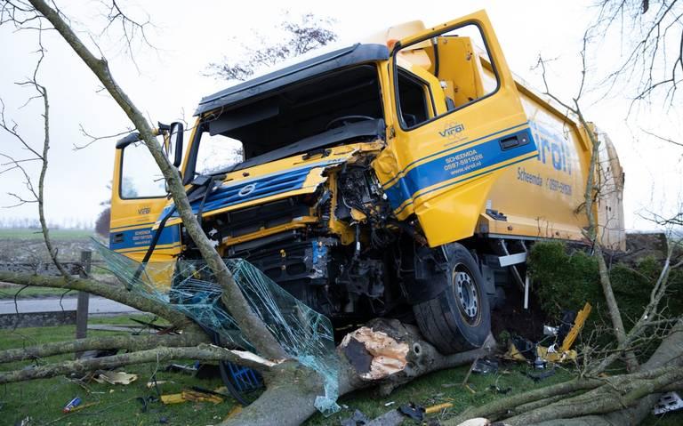 Chauffeur van vuilniswagen gewond door botsing met boom in Lutjegast.