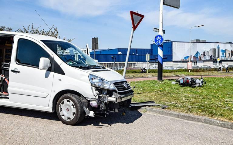 Scooterrijder gewond bij aanrijding met auto in Groningen.