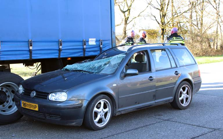 Automobilist gewond door botsing met vrachtwagen in Emmen.
